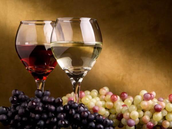 Защо използването на серниста киселина подобрява виното