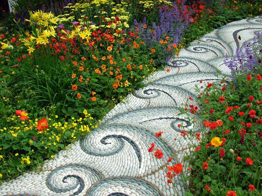 Какви цветя да засадим край градинските пътечки?
